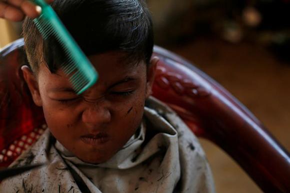 A Rohingya refugee boy gets a haircut at Kutupalong refugee settlement near Cox's Bazar, Bangladesh. Photo by Susana Vera